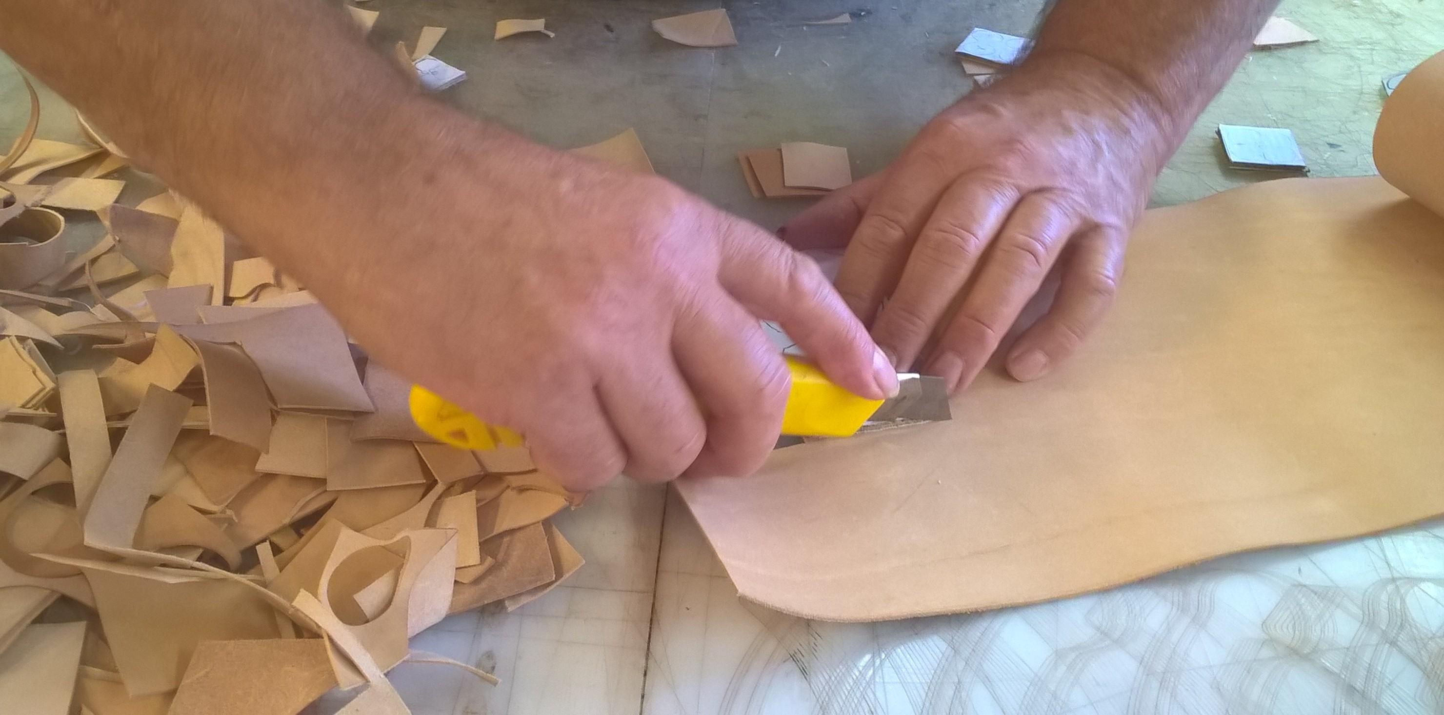 Découpe du cuir pour la création de fleurs de cuir